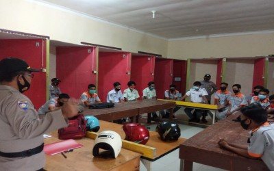 Binmas Polres Aceh Tamiang Melakukan Monitoring Prokes di SMK Negeri 2 Karang Baru